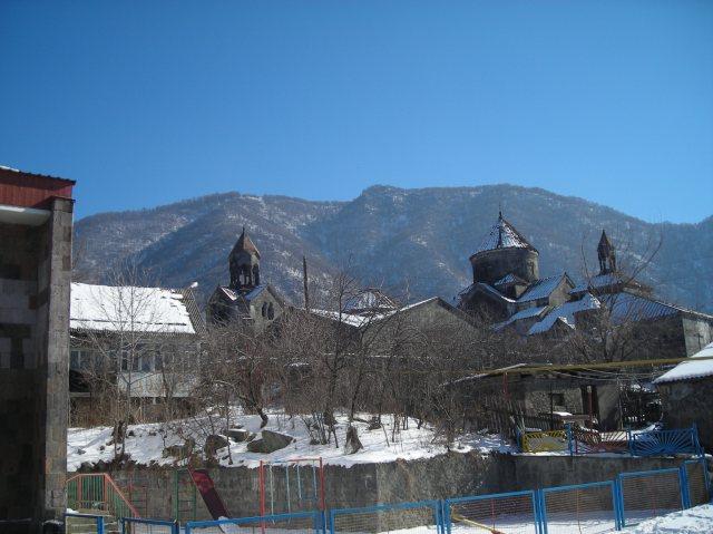 Haghpat. Współczesna wieś na tle tysiącletniego monastyru o tej samej nazwie.