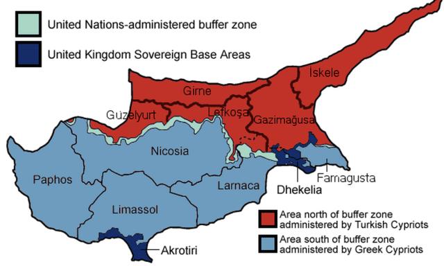 Podział Cypru. Na czerwono - Cypr Północny. Na seledynowo - kontrolowana przez ONZ strefa buforowa (mieszka w niej 10 tys. ludzi). Na ciemnoniebiesko - brytyjskie bazy wojskowe. Jasnoniebieskim kolorem zaznaczono teren kontrolowany przez oficjalny rząd Cypru.