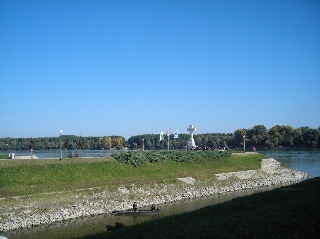 Vukovar. W tle serbski brzeg Dunaju i Vukovarska Ada, kolejna z wysp, o które toczy się spór.